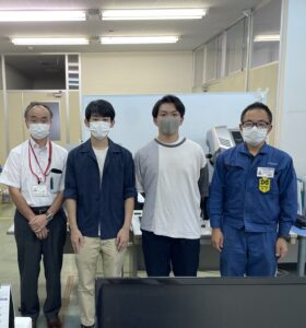 3Dプリンタと信州大学の学生が写っている写真
